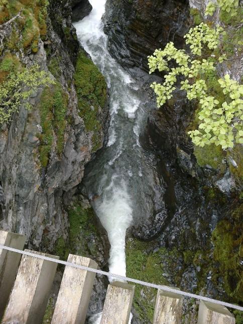 En av broene som må krysses, på vei ned fra Ryphusan mot Oppdal