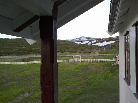 E6 og pilegrimsleden videre, sett fra verandaen på Fokstugu.