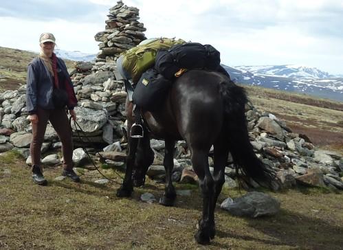 Tonje og Frøya ved almannarøysa på Dovre.