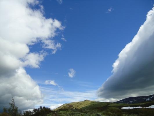 En passasje av blå himmel følger oss over Dovre mot Hjerkinn.