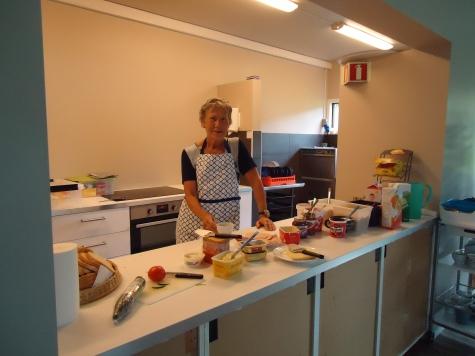 Helene på Langklopp klar med frokosten.