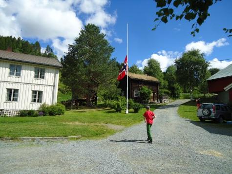 Flagget blir heist på halv stang på Meslo fordi en eldre dame er død i bygda.