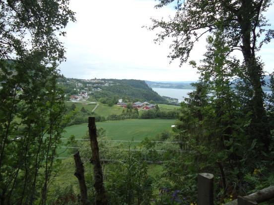 Utsikt fra Kleivan pilegrimsherberge over Snefugl gård.